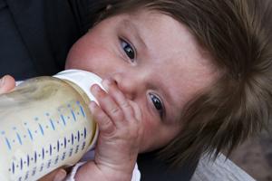 Anti-vaxer plakt stickers op babymelk in AH