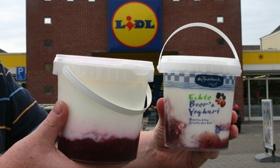 Twee emmertjes yoghurt halen