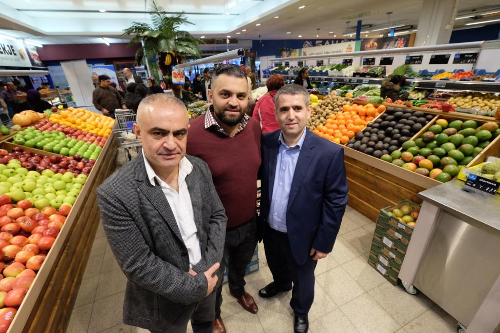 De Turkse supermarktketen Sahan supermarkten heeft inmiddels zes vestigingen. In het midden directeur Zeki Sahan.