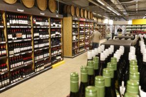 Supermarkten verkopen fors minder wijn