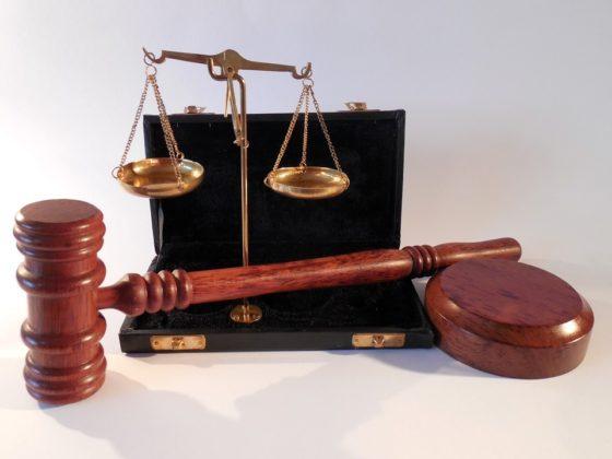 Jongen die Coop-manager stak voor rechter