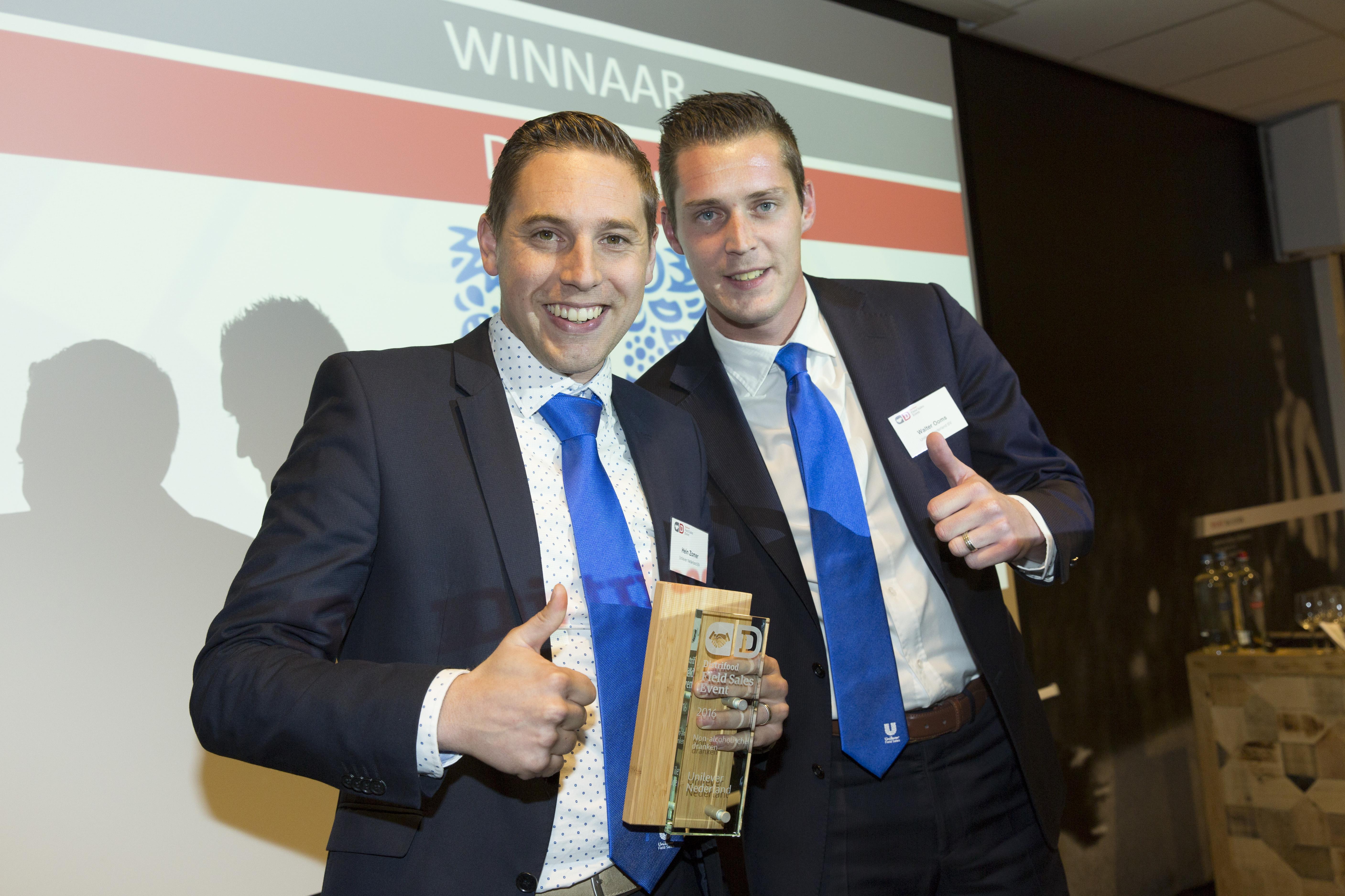 Hein Zomer (l) en Walter Ooms, beide senior rayonmanager bij Unilever Nederland. Hier op het podium met de eerste prijs voor Beste Buitendienst in de categorie dranken.
