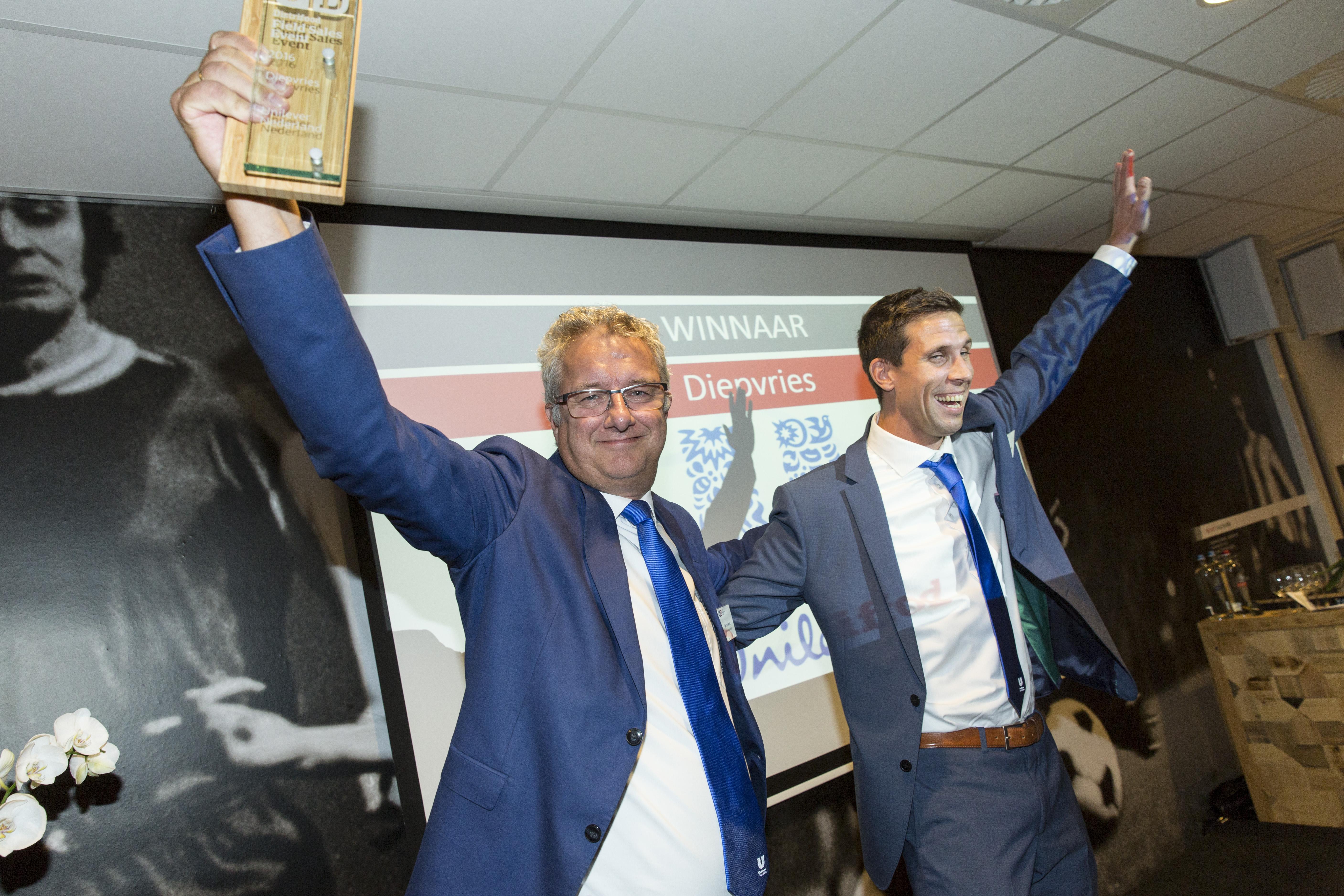 Jan van den Herik (l), senior rayonmanager, en Dennis Heemskerk, junior field sales manager, nemen de eerste prijs in de categorie diepvries in ontvangst.