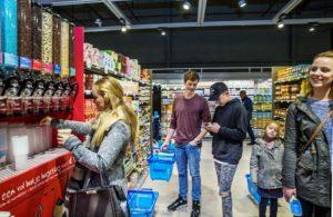 Nederland, Purmerend , 2 november 2016. Vandaag ging de Albert Heijn XL in Purmerend weer open na een ingrijpende verbouwing van twee weken. In de allernieuwste XL van Nederland wordenklanten volop geïnspireerd door nieuw assortiment en innovatieve concepten. Vers speelt een hoofdrol in de nieuwe Albert Heijn XL. Klanten zien door de hele winkel vernieuwende versconcepten zoalsverse vis op ijs en een sappen- en yoghurtbar. De winkeltrip wordt een beleving met de 'chooseityourself'-concepten zoalskruiden plukken inde kruidentuin, schaal- en schelpdieren scheppen of je favorietehagelslagsamenstellen.En door een fors aantal energiebesparende maatregelen mag de XL in Purmerend zich vanaf vandaag de duurzaamste supermarkt van Europa noemen.  Foto en bijschrift vallen buiten verantwoordelijkheid van de Algemene Nieuwsdienst van het ANP. Foto is vrij van rechten en mag alleen redactioneel gebruikt worden in de context van het bijschrift.