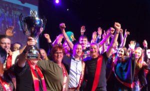 Medewerkers van de winnende Deen vieren feest. Foto: Facebook/Deen