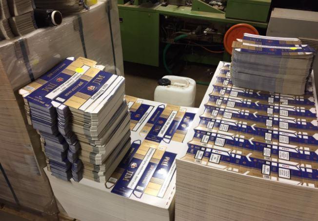 Verpakkingen die de FIOD aantrof in de illegale sigarettenfabriek. Foto: FIOD