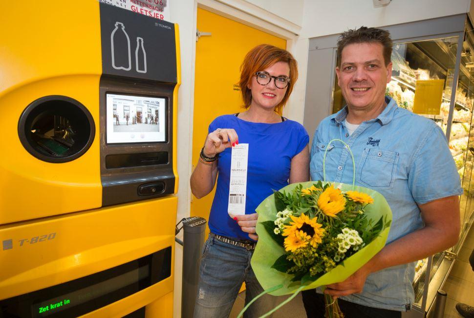 Marje Bosch en Rudy Veldkamp bij de 'doop' van hun kortingsactie.
