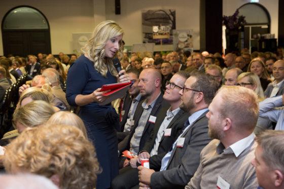 De presentatie was in handen van RTL-coryfee Meike de Jong, die natuurlijk ook de zaal aan het woord liet. Foto: Koos Groenewold
