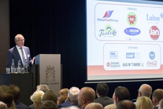 Sjaak de Korte is de voorzitter van de Supermarkt van het Jaar en verzorgde het welkomstwoord. Foto: Koos Groenewold