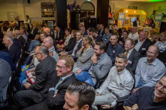 De presentatie zorgde voor veel hilariteit in de hal. Foto: Koos Groenewold