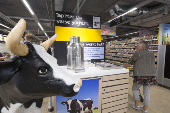 Een yoghurttap. De broers Leussink kiezen ervoor om klanten zelf te laten tappen. Ook worden hier kant-en-klare yoghurts gemaakt die voorin de winkel worden verkocht.  Foto: Koos Groenewold.