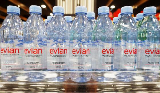 Evian gaat over op gerecycled plastic