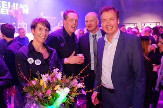 Jan Brouwer van Plus feliciteert de nieuwe Supermarkt van het Jaar.