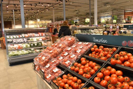 Het tomateneiland binnen de agf-afdeling, met ongeveer 24 soorten tomaten