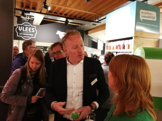 Ondernemer George Verberne van de Jumbo in Wageningen in gesprek over het verspillingsschap dat in zijn winkel in gebruik is genomen.