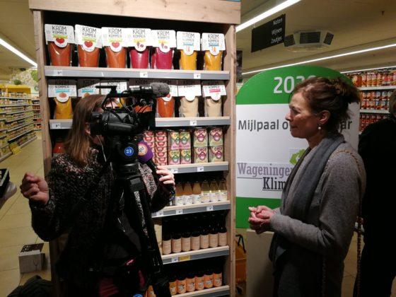 De media waren massaal aanwezig bij de onthulling van het verspillingsschap bij Jumbo Verberne in Wageningen. Hier geeft Louise Fresco van Wageningen University een interview aan Omroep Gelderland.