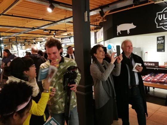 Er was veel belangstelling voor de onthulling van het schap bij Jumbo Verberne. Louise Fresco van Wageningen University maakt zelf ook foto's.