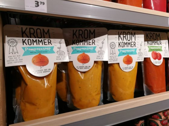 Op het verspillingsschap bij Jumbo Verberne in Wageningen zijn onder meer de producten van het bedrijf Kromkommer te vinden.