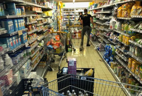 Jumbo Nieuwkoop overstroomd na hoosbui