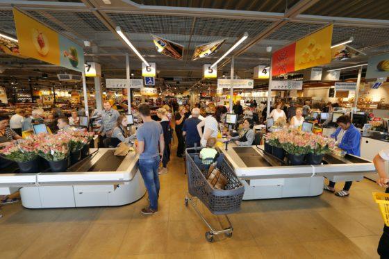 Drukte op de openingsdag. De winkel telt nu 4 kassa's en 3 zelfscankassa's. Foto: Bert Jansen