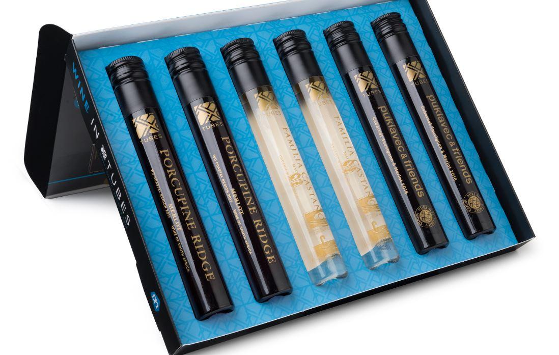 De proefbox van AH bevat zes buisjes met drie wijnen.