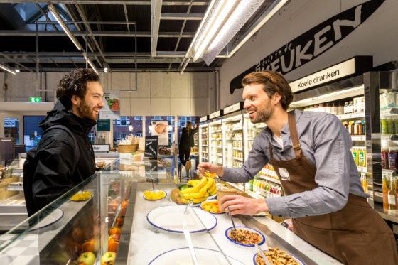 AMSTERDAM, 6 december 2018; Nieuw concept Marqt Oostelijke Handelskade. Mogelijkheid om yoghurt en kwark met fruit en granen mee te nemen.© SEBASTIAAN ROZENDAAL