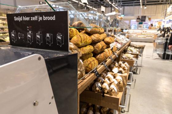 AMSTERDAM, 6 december 2018; Nieuw concept Marqt Oostelijke Handelskade. De broodafdeling met zelfsnij-mogelijkheid. © SEBASTIAAN ROZENDAAL