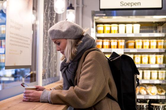 AMSTERDAM, 6 december 2018; Nieuw concept Marqt Oostelijke Handelskade. Take away koffie en mogelijkheid ter plekke je maaltijd of koffie te nuttigen. © SEBASTIAAN ROZENDAAL