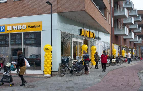 De winkel maakt deel uit van een wijkwinkelcentrum met woningen erboven.