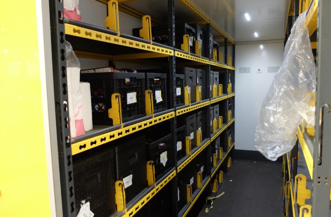 In de bus passen maximaal 88 zwarte kratten of boxen in de rekken, daarnaast kunnen kratjes bier op de vloer terecht