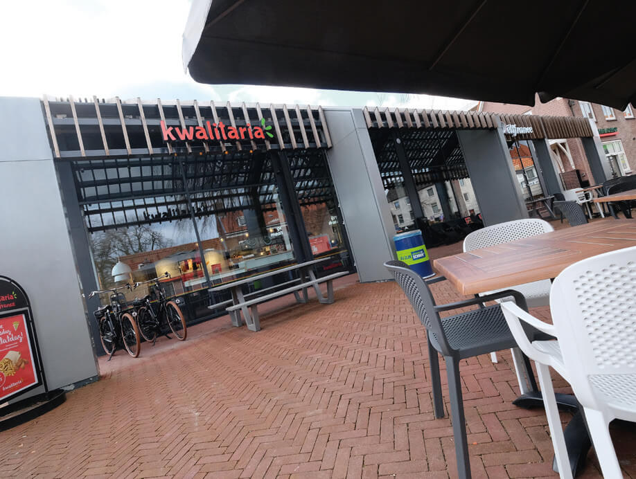 Zowel het exterieur als interieur ontstijgen de klassieke cafetaria. De AH ligt op 300 meter verderop