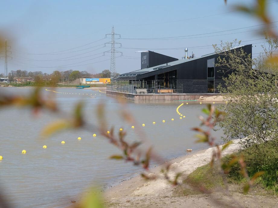 Het paviljoen ligt aan het water en krijgt een steiger voor elektrabootjes