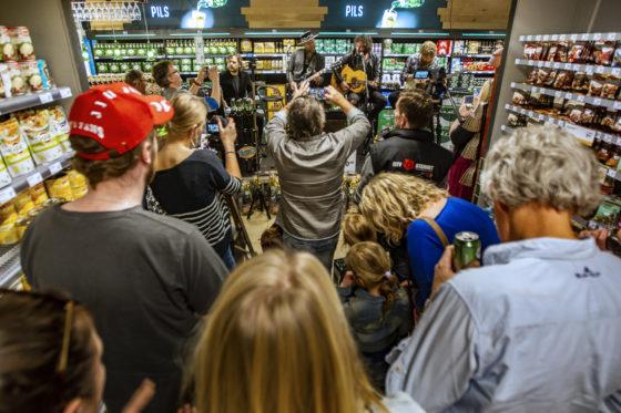 Dialectrockband Bökkers verzorgde zaterdag een optreden in de Jumbo-supermarkt van de broers Tijn en Niek Leussink.