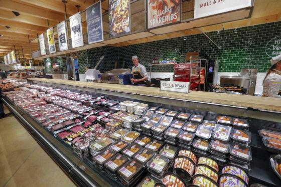Jumbo Benders heeft nog atlijd een heel ambachtelijke vleesafdeling. De winkel staat in Groot-Venlo bekend om de kwaliteit van zijn vlees.