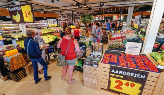 Een overzicht van Jumbo Benders in Venlo kort na de opening van de supermarkt. Lokale aardbeien behoren tot de hardlopers in de winkel. Foto: Bert Jansen
