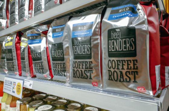 Jumbo Benders verkoopt net als in het Plus-tijdperk nog veel eigen assortiment, waaronder de koffie van Beej Benders. Foto: Bert Jansen