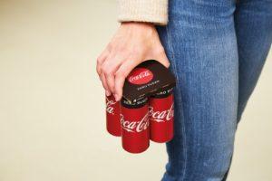 Coca-Cola snijdt in gebruik krimpfolie