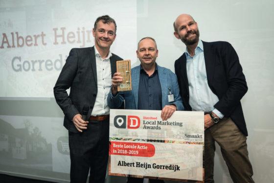 AH-ondernemer Pieter Bijlsma krijgt de prijs van Marcel Pat (rechts) van de Smaakspecialist