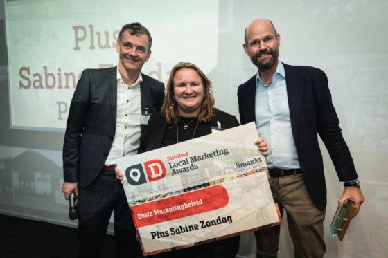 Plus-ondernemer Sabine Zondag krijgt de Award voor het beste marketingbeleid van hoofdredacteur Peter Garstenveld en Marcel Pat van de Smaakspecialist