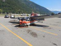 vliegtuigje-crasht-op-parkeerterrein-van-super